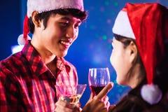 Jonge Aziaat die de wijnen in Valentine-dag drinken Stock Foto