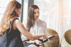 Jonge Aziaat vrouwen de Bedrijfsmensen die te bespreken punt ontmoeten, plannen Handel van economische schoonheidsmiddelen stock afbeelding