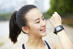 Jonge Aziatische agent met wearable geschiktheidsapparaat stock afbeelding