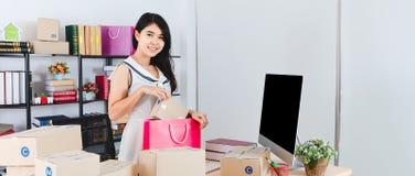 Jonge Aziatische bedrijfsdame op kantoor stock afbeeldingen