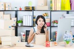 Jonge Aziatische bedrijfsdame op kantoor royalty-vrije stock fotografie