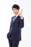 Jonge Aziatische bedrijfsmens die o.k. teken tonen. Royalty-vrije Stock Foto