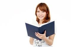 Jonge Aziatische bedrijfsvrouw die een boek houdt Royalty-vrije Stock Afbeeldingen