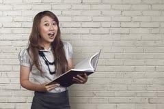 Jonge Aziatische bedrijfsvrouw die grappige gezichtsuitdrukking maken Stock Foto