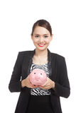 Jonge Aziatische bedrijfsvrouw met een bank van het varkensmuntstuk Stock Afbeeldingen