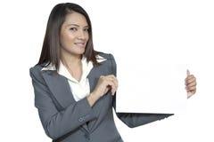 Jonge Aziatische bedrijfsvrouwen aantrekkelijke brunetee die lege sig tonen Stock Foto's