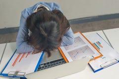 Jonge Aziatische bedrijfsvrouwenslaap die, die of een dutje in bureau nemen in slaap vallen stock fotografie