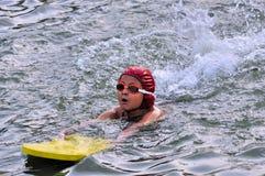 Jonge, Aziatische, Bengaalse jongen die, zwemmen die worden opgeleid Stock Fotografie