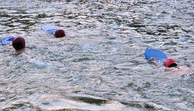 Jonge, Aziatische, Bengaalse jongens die, zwemmen die worden opgeleid Stock Afbeelding