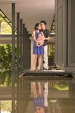 Jonge Aziatische Chinese familie met 5 maand oude zoon Stock Foto's