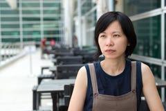 Jonge Aziatische dame bij openluchtkoffie Stock Fotografie