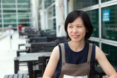 Jonge Aziatische dame bij openluchtkoffie Royalty-vrije Stock Foto