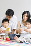 Jonge Aziatische familie het besteden tijd samen stock foto's