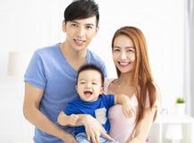 Jonge Aziatische familie met baby stock afbeelding