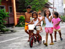Jonge Aziatische jonge geitjes die en een fiets spelen berijden stock afbeeldingen