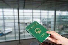 Jonge Aziatische jongen die Vietnamees paspoort overhandigen royalty-vrije stock foto