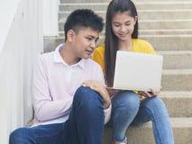Jonge Aziatische jongen en womon van computer stock afbeelding