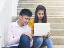 Jonge Aziatische jongen en womon van computer stock foto