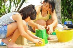 Jonge Aziatische Kinderen die Zandkasteel bouwen. Royalty-vrije Stock Afbeeldingen