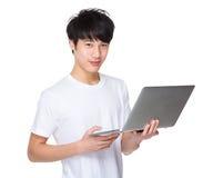 Jonge Aziatische laptop van de mensenholding computer en het werk Royalty-vrije Stock Foto