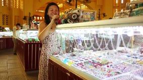 Jonge Aziatische meisje het winkelen phnom penh centrale markt stock video
