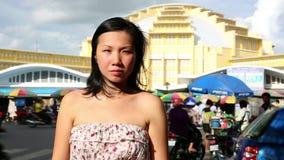 Jonge Aziatische meisje het winkelen phnom penh centrale markt stock videobeelden