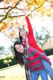 Jonge Aziatische Meisjes in Park stock foto