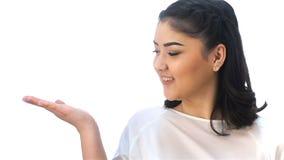Jonge Aziatische meisjespunten bij exemplaarruimte stock footage
