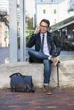 Jonge Aziatische mens die op cellphone spreken Royalty-vrije Stock Foto