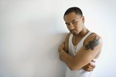 Jonge Aziatische mens met gekruiste wapens. royalty-vrije stock afbeelding