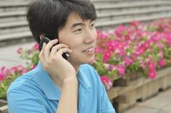 jonge Aziatische mens met mobiele telefoon Royalty-vrije Stock Foto's
