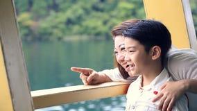 Jonge Aziatische moeder met weinig zoonstribune op dek van cruiseschip stock videobeelden