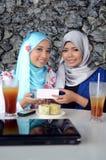 Jonge Aziatische moslimvrouw in hoofdsjaal stock afbeeldingen