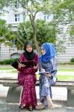 Jonge Aziatische moslimvrouw in hoofdsjaal Royalty-vrije Stock Foto's