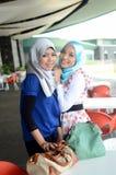 Jonge Aziatische moslimvrouw in hoofdsjaal stock foto