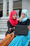 Jonge Aziatische moslimvrouw in hoofdsjaalbranding Internet Royalty-vrije Stock Fotografie