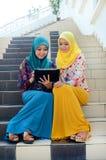 Jonge Aziatische moslimvrouw in hoofdsjaalglimlach samen Royalty-vrije Stock Afbeeldingen