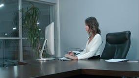 Jonge Aziatische onderneemster bij haar werkplaats op kantoor stock footage