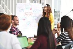 Jonge Aziatische onderneemster die blije presentatie geven stock afbeeldingen