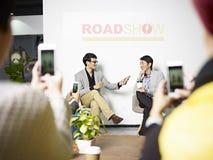 Jonge Aziatische ondernemer die tijdens roadshow worden geïnterviewd royalty-vrije stock fotografie