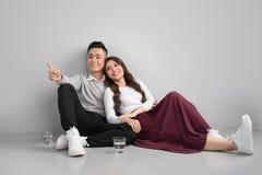 Jonge Aziatische paarzitting samen op vloeren thuis royalty-vrije stock foto's