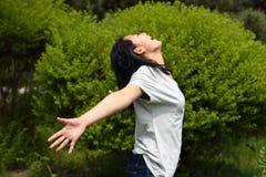Jonge Aziatische schoonheid die van zonneschijn geniet Stock Afbeelding