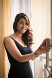 Jonge Aziatische sexy vrouw die zich in zwarte kleding bevinden Royalty-vrije Stock Foto