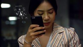 Jonge Aziatische tiener die een smartphone gebruiken om online producten te kopen Stock Fotografie