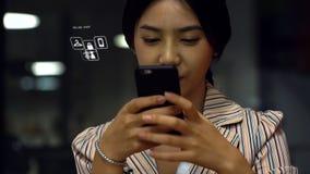 Jonge Aziatische tiener die een smartphone gebruiken om online producten te kopen Stock Afbeeldingen