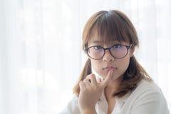 Jonge Aziatische tiener die glazen dragen stock afbeeldingen