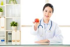 Jonge Aziatische voedingsdeskundige die een appel houden Royalty-vrije Stock Foto's