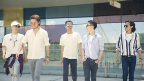 Jonge Aziatische volwassen mensen die uit op straat hangen stock footage