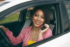 Jonge Aziatische vrouw in auto De moderne jonge meisjesbestuurder drijft een auto en kijkt weg met een glimlach met steunen royalty-vrije stock foto's