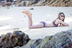 Jonge Aziatische vrouw in bikini het ontspannen op zandstrand, de vakantieconcept van de Reiszomer royalty-vrije stock foto's
